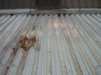 部分的に錆び、面戸が外れたハゼ締め式の屋根