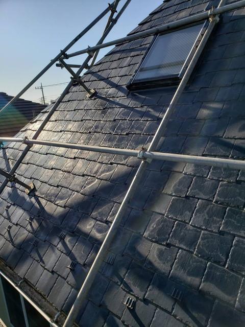 群馬県伊勢崎市で矩勾配(かねこうばい)屋根のカバー工法が始まりました
