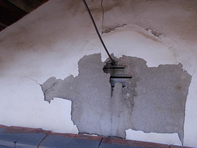 剥がれた漆喰小壁