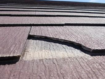 欠けたコロニアル屋根材