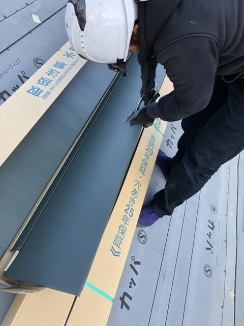 群馬県高崎市で遮音性、断熱性も遮熱性も考慮した横暖ルーフのカバー工法に換気棟も取り付けました