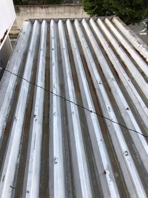 伊勢崎市の錆びや腐食で穴の開いた金属折板屋根を改修見積り