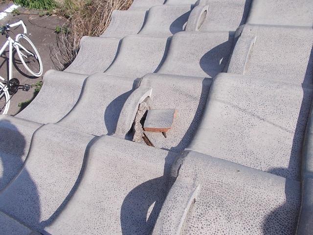 剥落した漆喰と瓦の破片