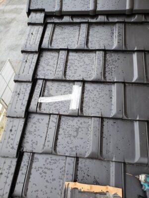 群馬県藤岡市で雨漏りを防ぐために応急処置してある瓦を差し替えました。