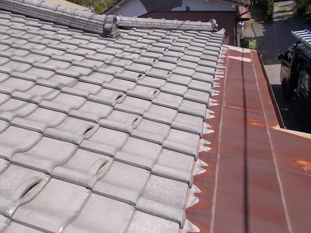 瓦とトタンの屋根